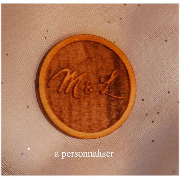Badge en bois mariage initiales des mariés gravées à personnaliser