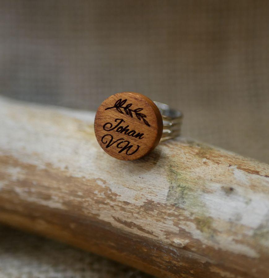 Bague au cabochon bois personnalisé par gravure