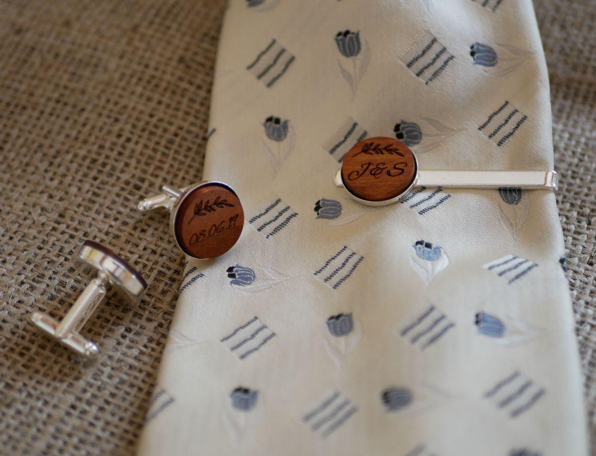 Boutons de manchette sertis argentés en bois gravé 18mm