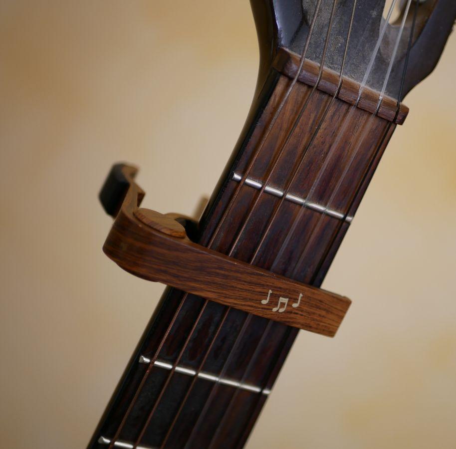 Capo guitare en aluminium gravure dorée à personnaliser