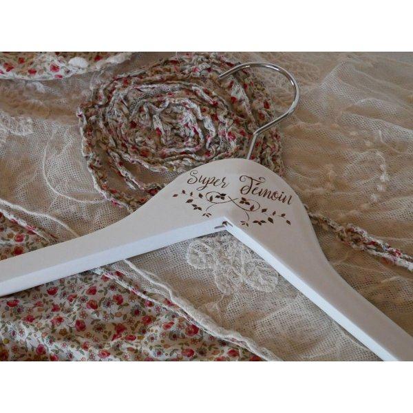Cintre bois blanc gravé à personnaliser Cadeau mariage