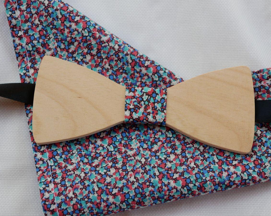 Ensemble Noeud papillon en bois personnalisable et sa pochette de costume Liberty tons Corail bleu