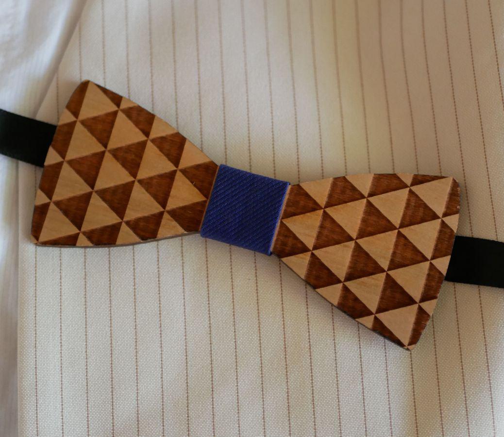 Noeud papillon en bois gravé de triangles