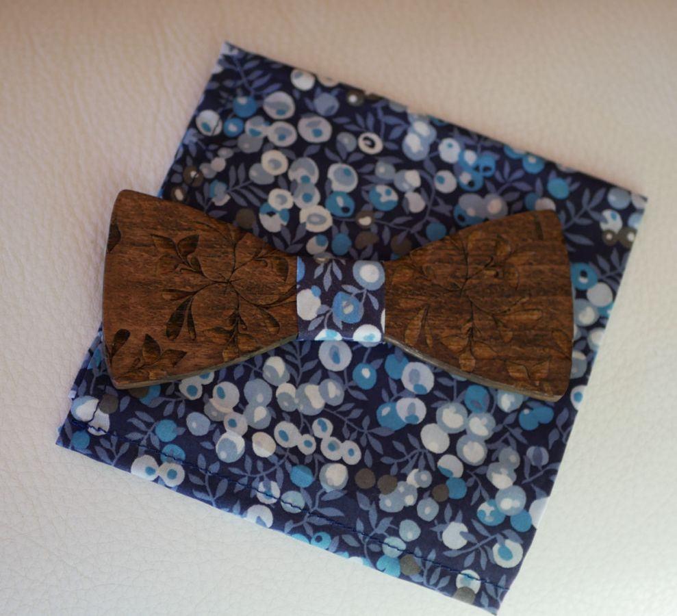 Noeud papillon en bois gravé de grandes fleurs à personnaliser