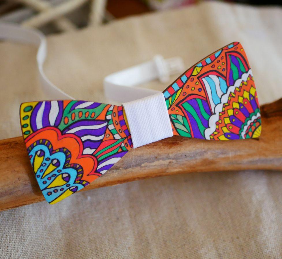Noeud papillon en bois peint décor floral, une création artisanale unique