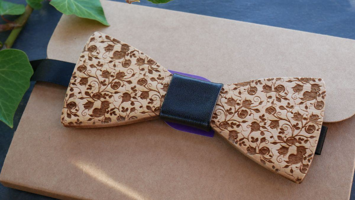 Noeud papillon en bois de merisier petites fleurs gravées à personnaliser par gravure au dos