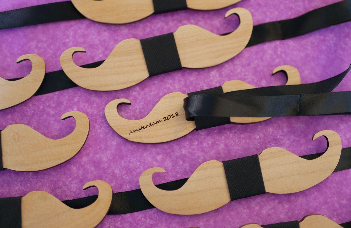 Noeud papillon Moustache en bois merisier à personnaliser