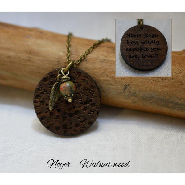 Pendentif en bois gravé avec breloques à personnaliser
