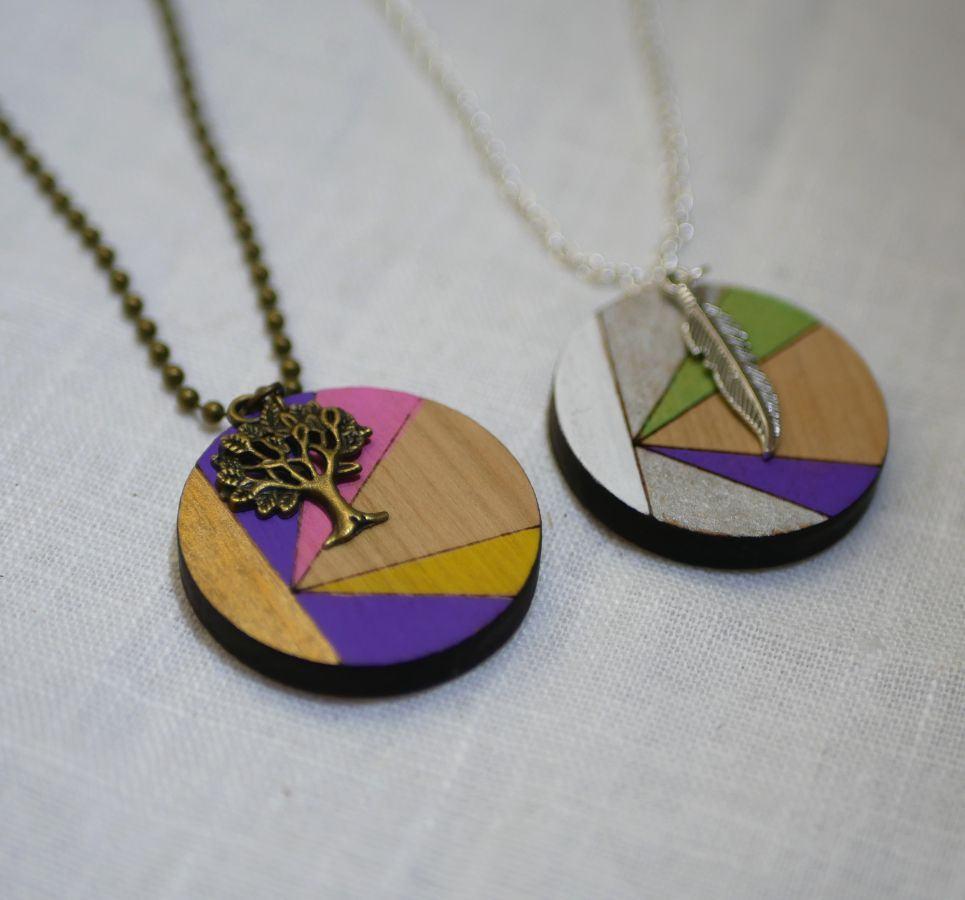 Pendentif en bois peint en couleurs sur chaîne argentée à personnaliser