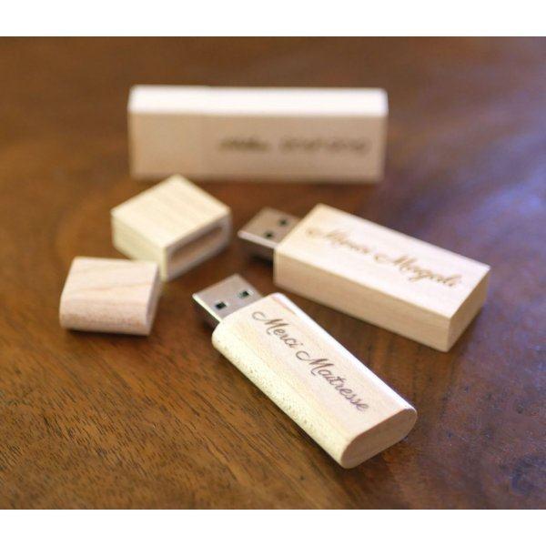 Petite clé USB en bois clair gravé à personnaliser pour un cadeau unique