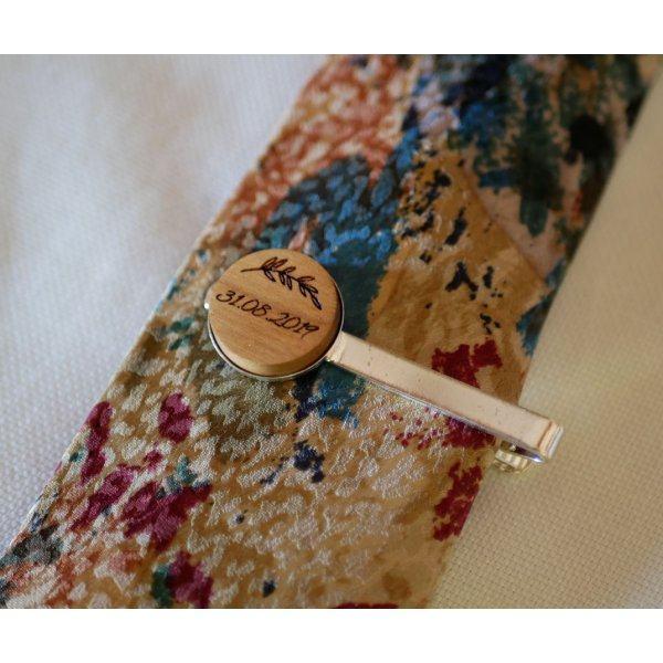 Pince à cravatte au cabochon bois personnalisé par gravure