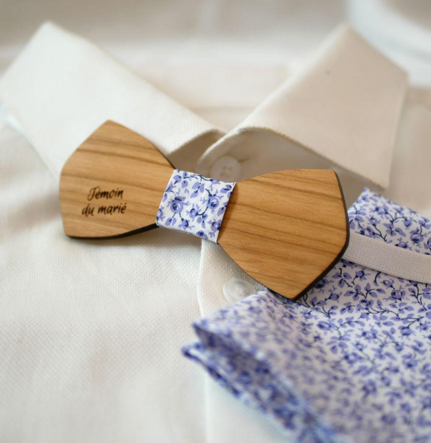 Pochette Liberty Mickael fleurs bleues et noeud papillon en bois personnalisable