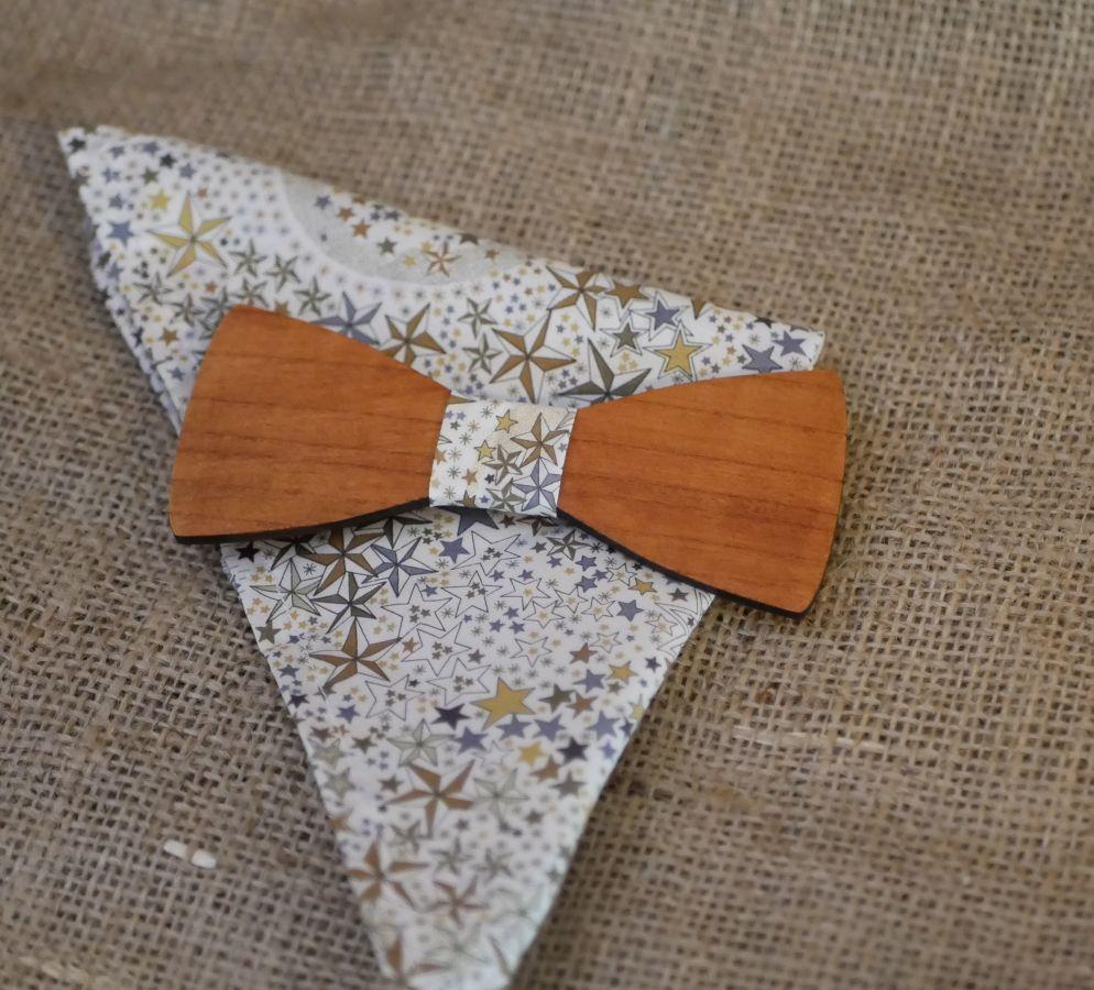 Pochette Liberty étoiles brunes et noeud papillon en bois personnalisable