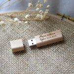 Petite clé USB en bois brut gravée à personnaliser